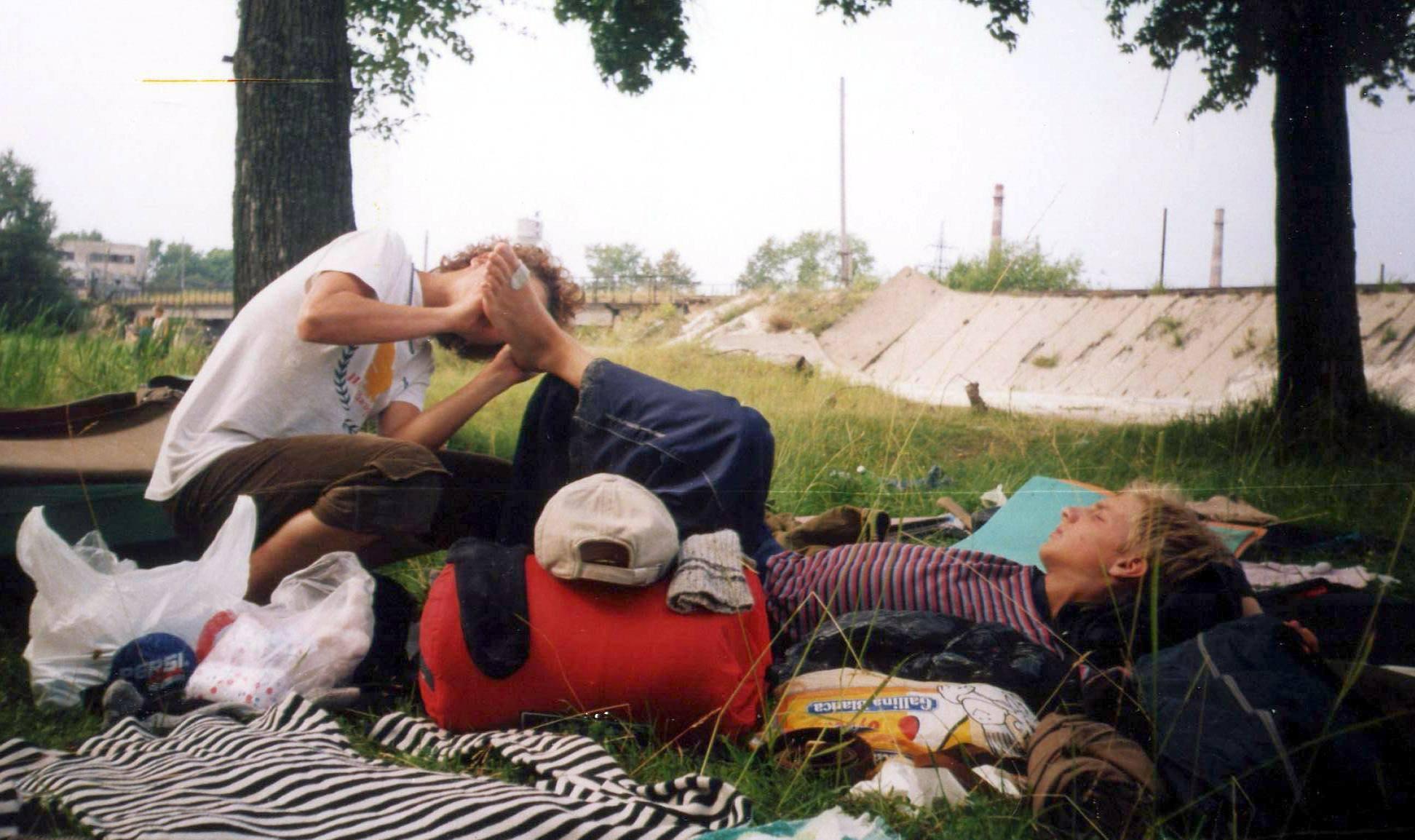 три девушки голые сидят и поют про камаров на траве видео